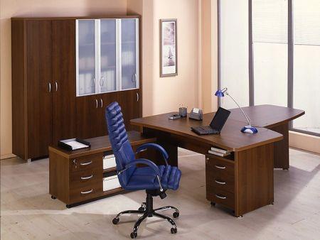 Офисное кресло, стол и шкаф