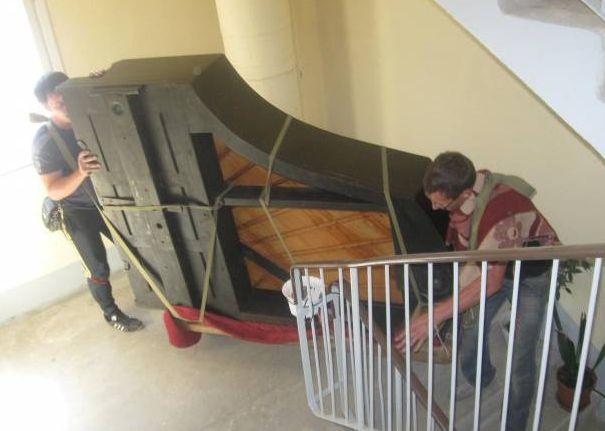 Подъём рояля в подъезде грузчиками