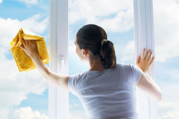 Протирка окна тряпкой и средством